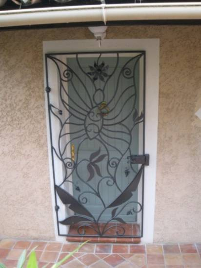 Cr ation d 39 une grille de porte style papillon bandol ferronnier var 83 ferronnerie d 39 art for Grille porte fer forge occasion