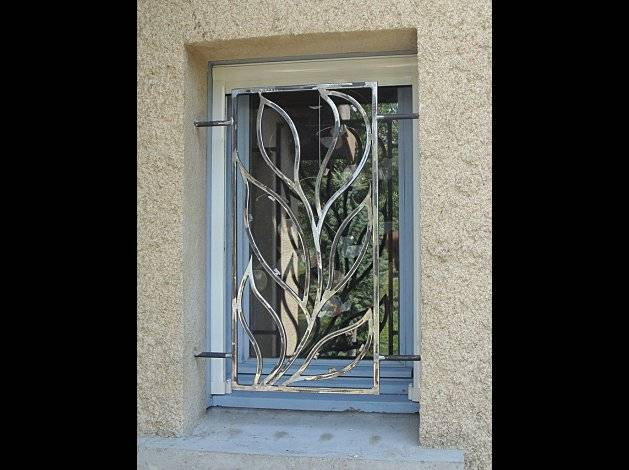 Grilles de securit en fer forg d coration vegetal for Decoration de fenetre moderne