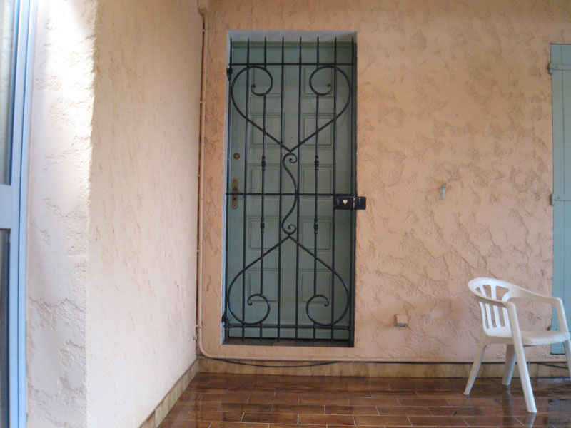 grille de porte en fer forg toulon petit budget. Black Bedroom Furniture Sets. Home Design Ideas