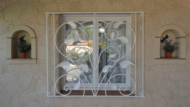 Grilles de d fense pour s curit et d coration en fer for Decoration de fenetre moderne