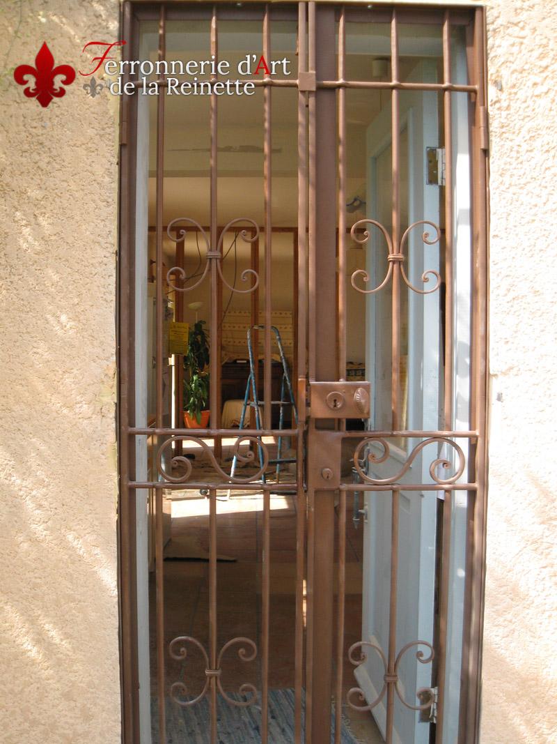 Grille en fer pour porte d 39 entr e saint maximin ferronnerie d 39 art la reinette - Grille de securite pour porte ...