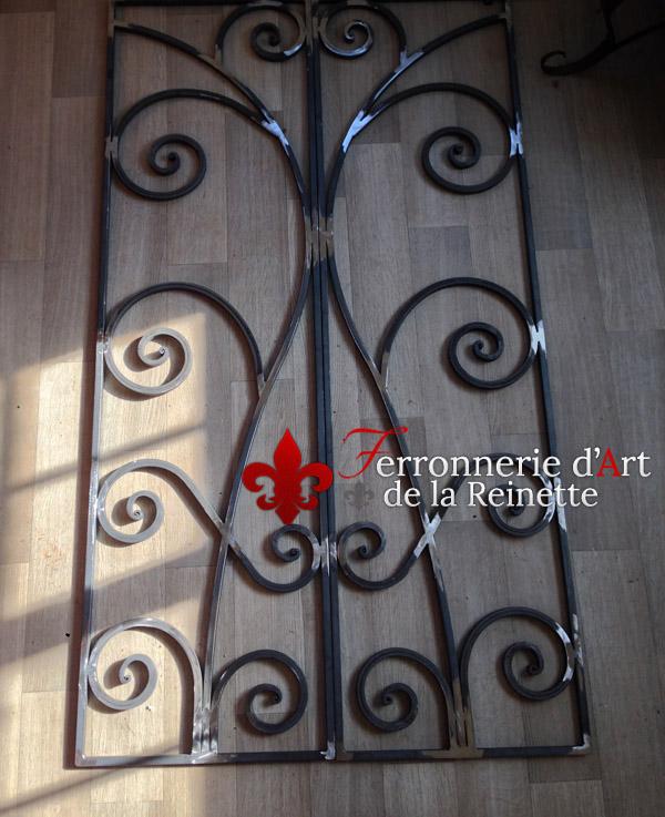 Grille de porte en fer forg aix en provence ferronnerie d 39 art la reinette - Grille de securite pour porte ...
