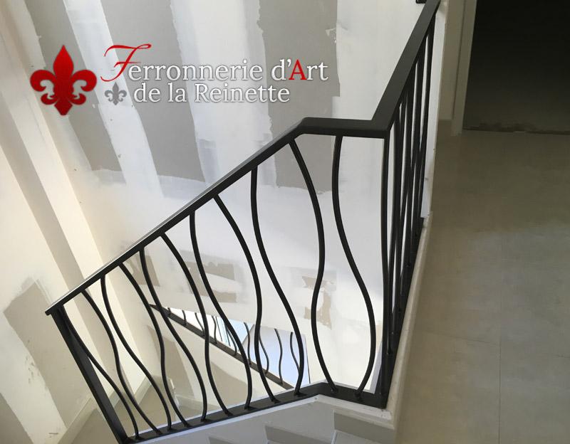 rampe d 39 escalier moderne sur mesure hy res ferronnerie. Black Bedroom Furniture Sets. Home Design Ideas