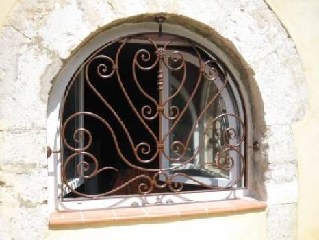 Grille De Fenêtre Voutée En Fer Forgé à Sanary