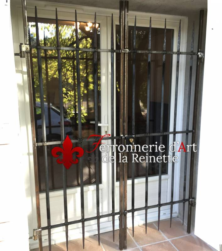 installation grille de d fense sur saint maximin ferronnerie d 39 art la reinette. Black Bedroom Furniture Sets. Home Design Ideas