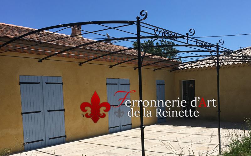 R alisation de pergola en fer forg sur mesure vers draguignan ferronnerie - Pergola avec toit coulissant ...